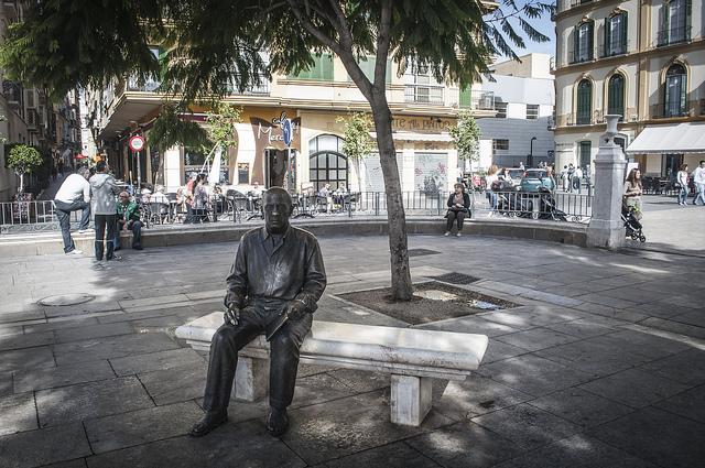 Malaga, Plaza de la Merced, statua bronzea dell'artista.
