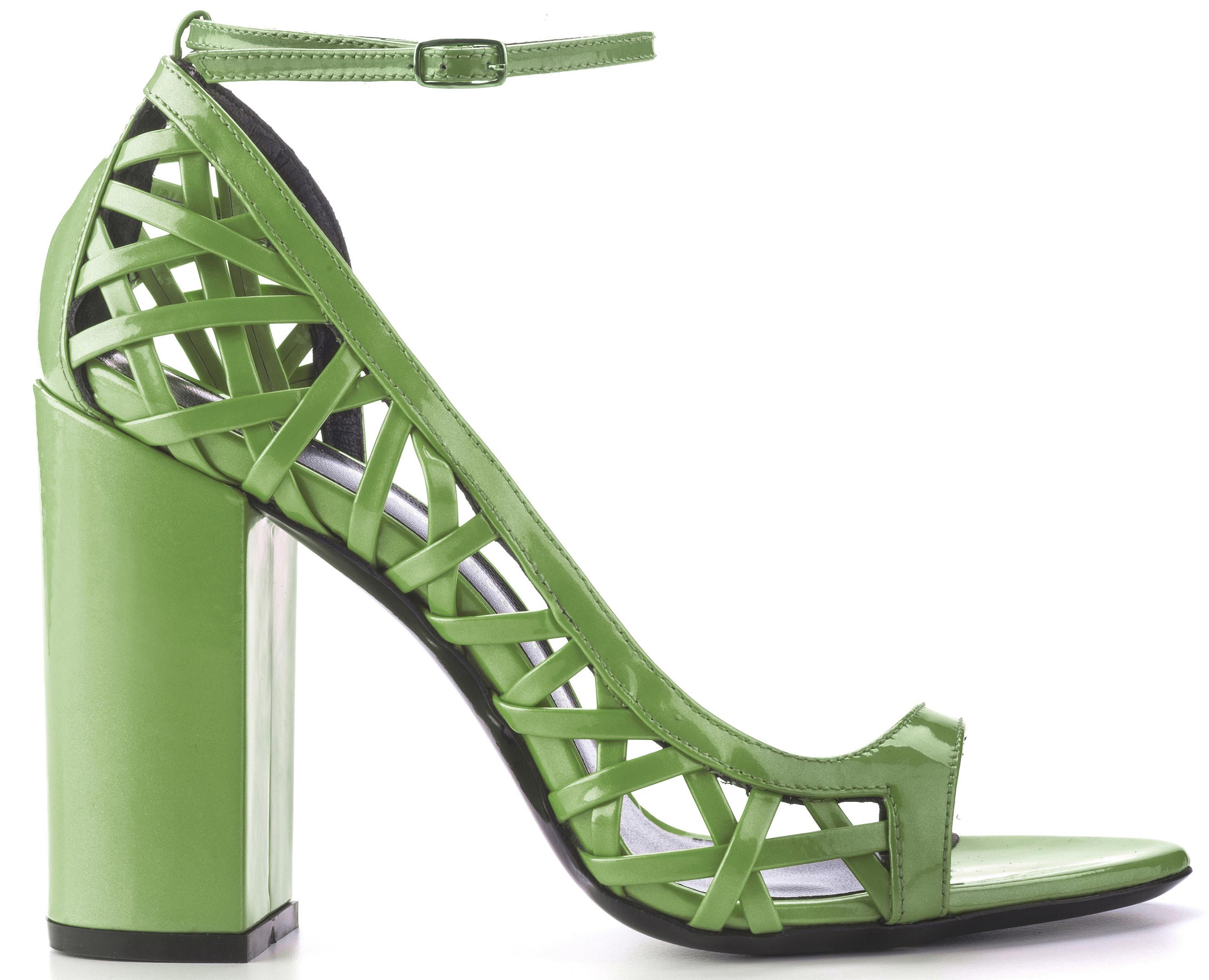 9.Sandalo open toe con block heel, intreccio laterale e cinturino alla caviglia. Vernice perlata verde Greenery. € 300,00 di Simone Castelletti.